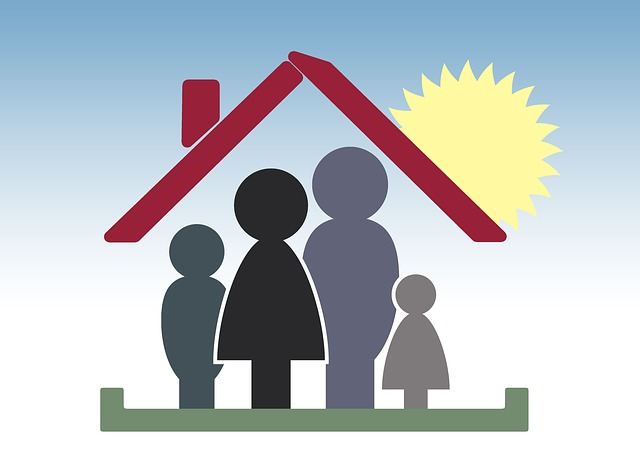 grafika rodina pod červenou střechou se sluncem
