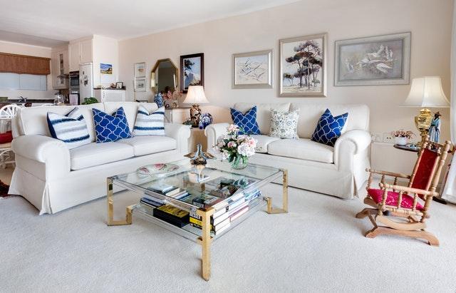 přeplněný obývák, bílá sedačka, modré polštáře.jpg