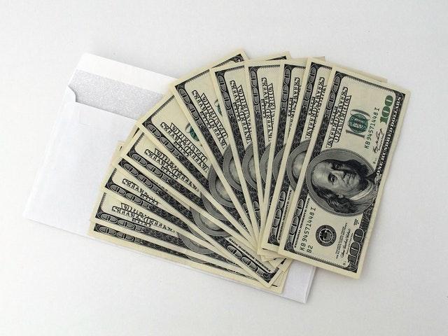 vějíř bankovek, dolary, obálka