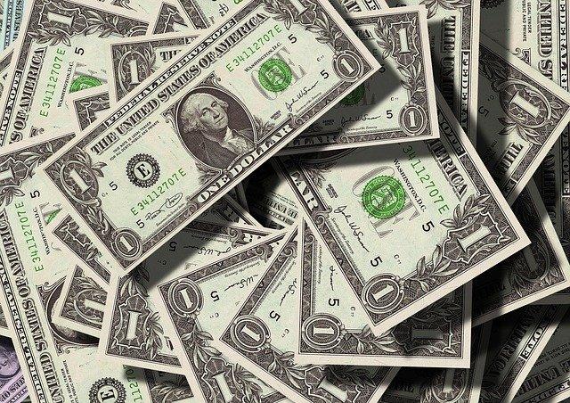 hromada dolarů